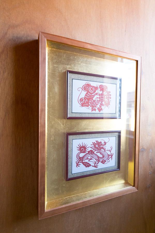 アジアの各地で購入したレプリカを真吉さん作成の額に入れたものが、家のあちこちを飾る。