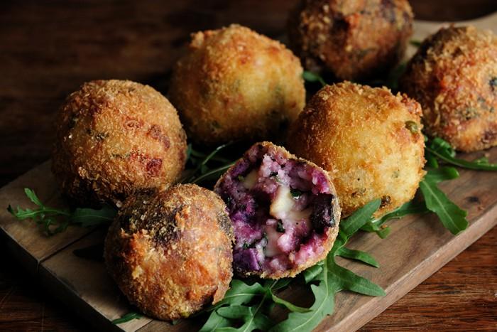 紫いもが鮮やかな「アランチーニ」。中身は肉か野菜を選ぶことができる。650円。