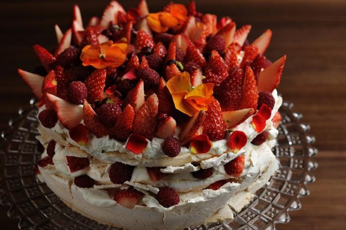 ふわふわのマシュマロのようなメレンゲがたっぷりのケーキ「パヴァロヴァ」700円。