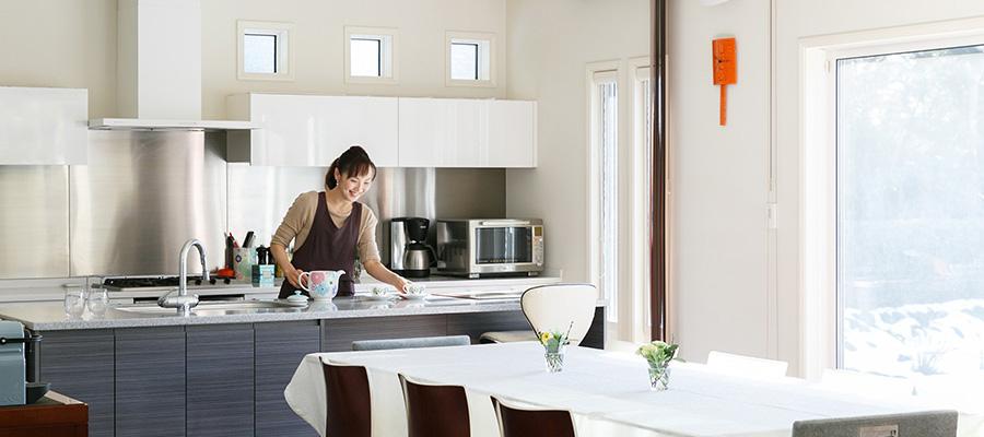 庭の自然を眺めながら料理教室を明るくひらかれた家から自宅でつくれるフレンチを発信