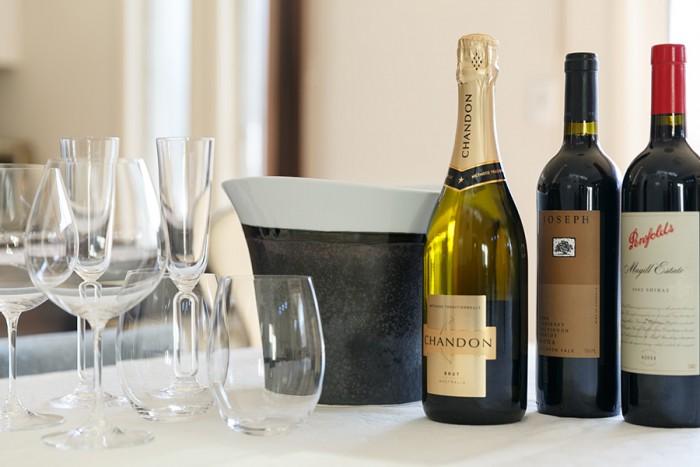 ご夫妻揃ってワインが大好きで、休日には昼間からゆっくりと飲むこともあるそう。グラスは「RIEDEL」のものが多い。奥のワインクーラーは「カマチ陶舗」のもの。