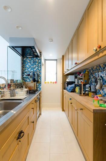キッチンはリビングに対面する配置を奥さんが希望。「料理しながら子どもたちもよく見えるので安心です」。