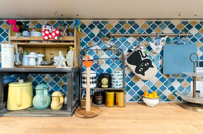 キッチンには奥さんが希望したタイルが貼られている。指定のタイルの中から谷口さんが使用する色を提案したという。