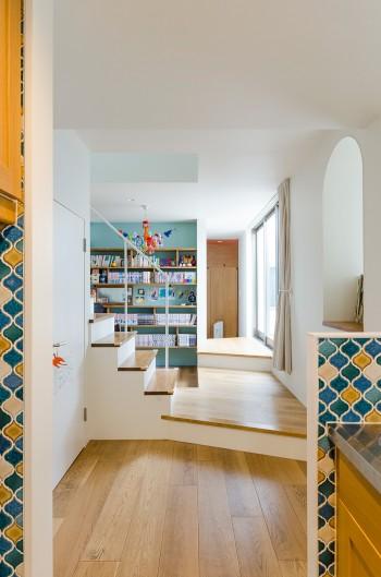 キッチンから玄関方向を見る。高くした中庭との関係で生まれた段差が変化を生み、この家の特徴のひとつになっている。