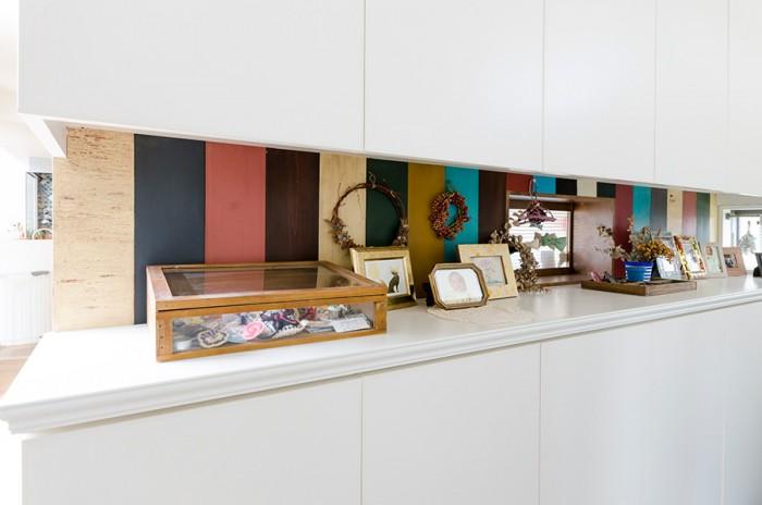 玄関を入って正面の壁は奥さんが自ら塗った木片がカラフルに並べられている。アンティーク風味が加えられているのがミソだ。