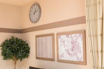 壁の白木だった部分をグレーでペイント。ベルギーのリネンを額に入れて飾る。