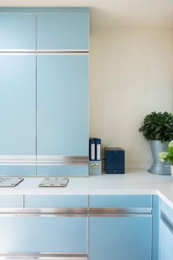 キッチンは好きなカラーである水色をメインに。シルバー、白を部分的にあしらってクールにまとめた。