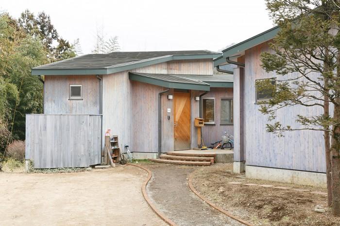通りからの外観。玄関のあるこのフロアが2階になる。外壁は檜に自然塗料をペイントして仕上げている。
