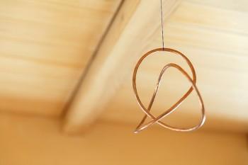 調和を表現したスイス製のプロダクトを天井から吊っている。