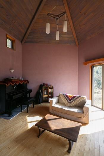リビングの天井は5角形。非日常的な空間ながら、居心地が良い。天井から吊るされた照明は、この部屋に合わせてデザインされたもの。
