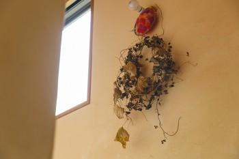 階段に飾られたリースは、木の実の蔓でつくった手作りのもの。