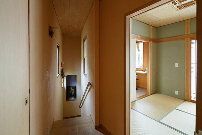 1階へと続く階段の手前には、和室とその奥にご主人の書斎がある。