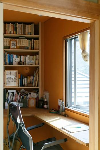 「本に囲まれた空間がほしい」というご主人のリクエストでつくられた書斎。窓からは丹沢の景色が眺められる。