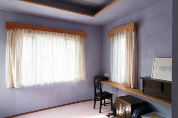 主寝室としてつくられた部屋。現在は楽器をひいたり、本を読んだりと、各自が自由に使っている。