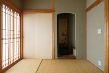 茶室のような雰囲気をたたえる本格的な和室。壁は滋賀県の浅葱土仕上げ、襖は鳥の子和紙の太鼓張り、障子は月桃紙を用いている。