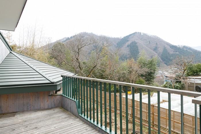 和室と書斎からはバルコニーに出ることができる。「夏にここで山を眺めるのは最高です」。