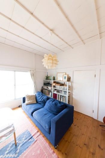 ドアやサッシの高さは頭がぶつかりそうなくらい低いけれど、白く塗られた天井は高く、明るい室内。