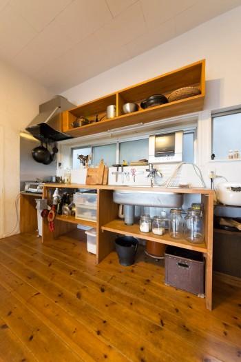料理上手な哲郎さんがキッチンに立つことも多いとか。シンプルな設えの台所。