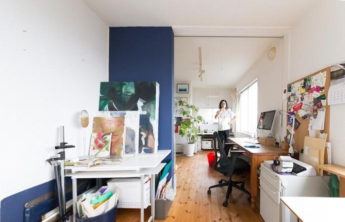 2階は哲郎さんのアトリエ。白の空間に青の壁が効いている。左の絵画はアクリル絵具で描いているものだそうだ。