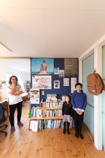 中1の晴瑠くんと、小学1年生の咲良ちゃん。左下のポスターの絵は、哲郎さんのお父様の作品。