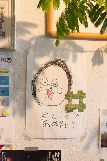 咲良ちゃん作のお父さんの絵は、マスキングテープで壁に貼って。