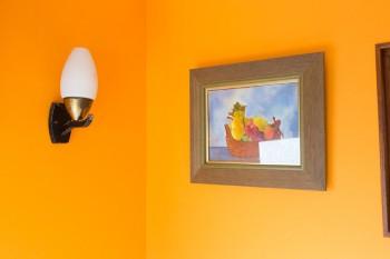 子ども部屋の壁はオレンジ色。レトロな照明器具や静物画が似合う。
