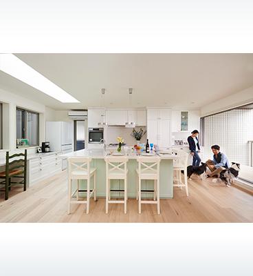 ヘーベルハウスの実例キッチンを囲み大勢が集い暖炉やベランダでくつろぐ