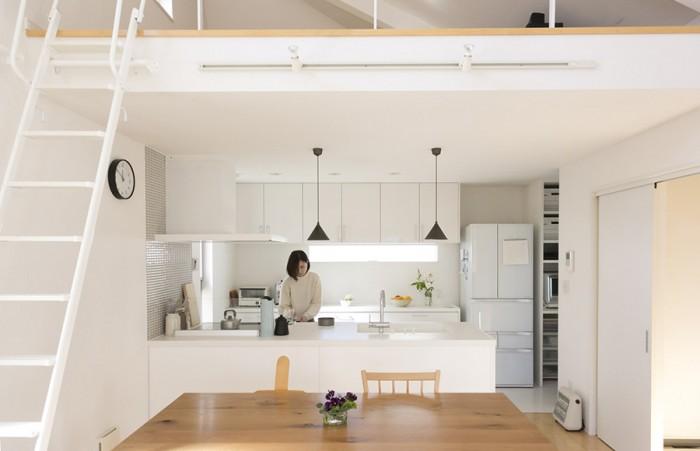 広々としたキッチンで、お菓子作りを楽しむ夏海さん。キッチンツールもデザイン性の高いものばかり。