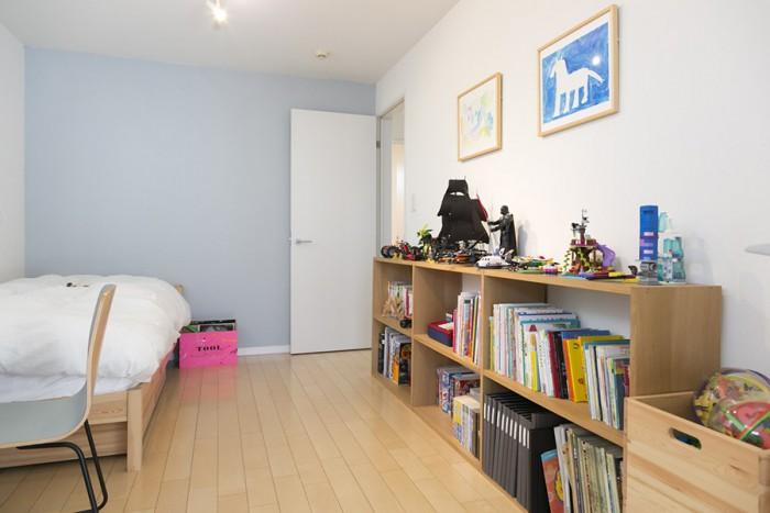 今は一部屋として使っている子ども部屋。壁の一部をムーミン色に塗った。子どもたちの描いた絵が印象的。