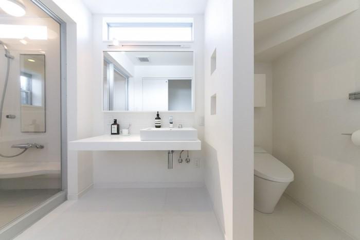 トイレのドアも排除して、洗面所はひとつの空間にまとめた。棚などは設けず、最低限必要なものは床下の収納に。ソープはお気に入りのaesop。