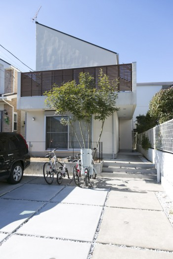 トネリコの木が出迎える暖かな1軒家。2階のテラスでは家族でバーベキューなども。