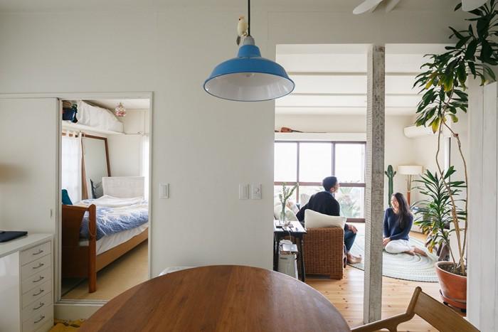 ダイニングから見て右手がリビング、左手が寝室。「平屋はコンパクトで使いやすいんです」と佳孝さん。家の中のどこにいても海が見えて開放感たっぷり。