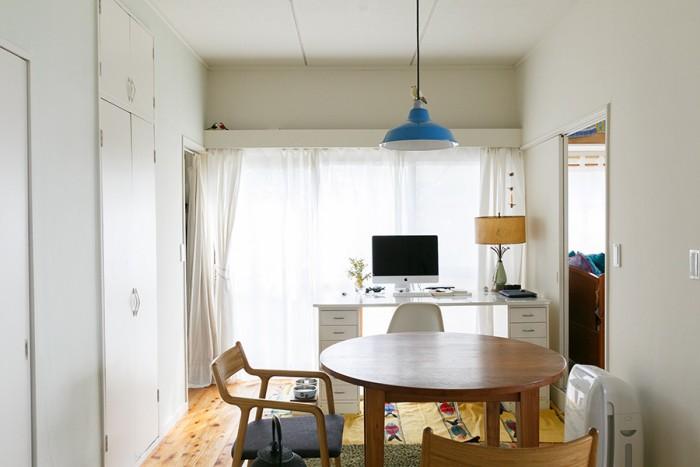 壁、天井、扉を全て白のペンキで塗り、明るい雰囲気に。築60年以上経っているとは思えない快適できれいな室内。