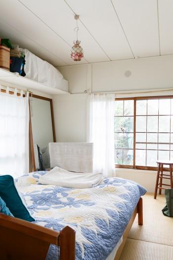 寝室にしている和室。壁は元は緑色だったが、白のペンキを上から塗ったそう。レトロな窓枠もきれいにしてそのまま使っている。