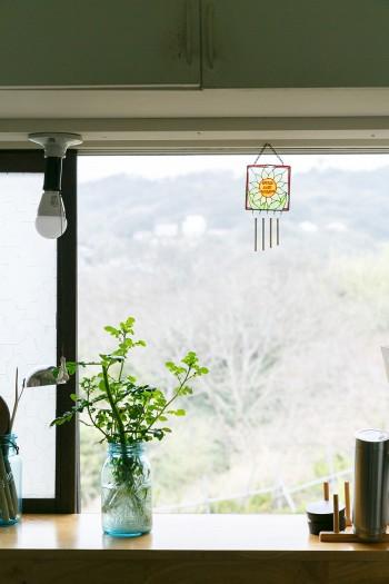 キッチンの窓からは山の緑が見えて気持ちがいい。