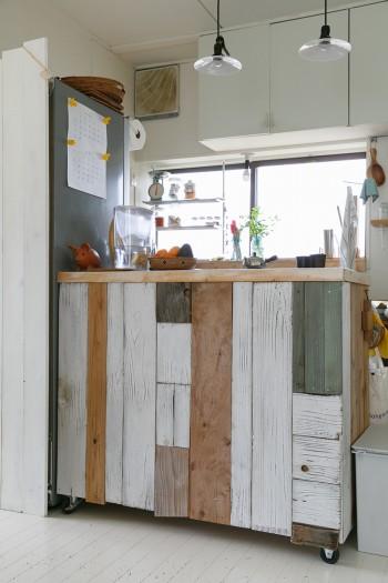 友人のペンキ屋さんが廃材で作ってくれたキッチンカウンター。動かせるようキャスターをつけてもらった。