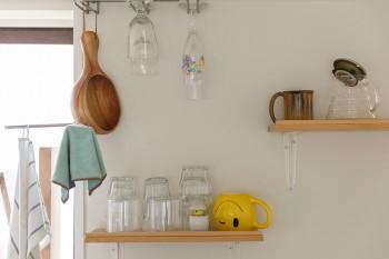 キッチンの壁には棚をとりつけ、よく使うコップなどを並べた。