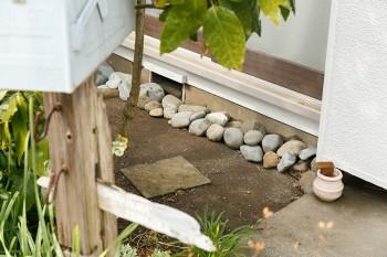 窓の下に並べられた石。その理由は「雨が跳ね返って窓ガラスを汚すのを防ぐため」(佳孝さん)。海から少しずつ拾ってくるそう。