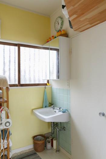 洗面所。シンクは、「TOTO」の以前の商号「東洋陶器」のもの。「アンティークの域に入るものですが現役で活躍中です」(佳孝さん)。