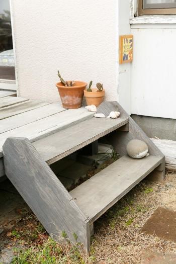 ウッドデッキにあがる階段は、近所の建設現場からもらってきたものだそう。
