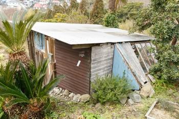 庭に元々あった小屋には、佳孝さんのサーフボードを収納。「これがなかったら家中サーフボードだらけになります(笑)」。