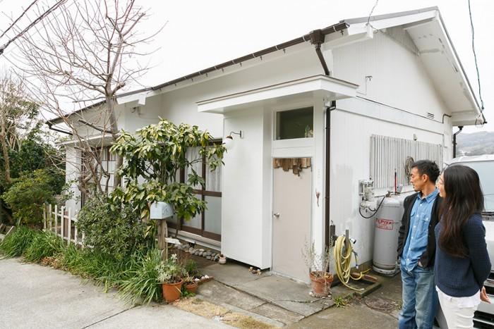 「ずっと大切に住みたい」と微笑む佳孝さんと朋子さん。現在は自分たちで外壁を塗りかえ中だそう。