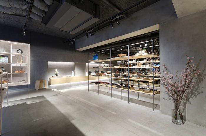 過度な装飾は入れず、シンプルでゆったりとした店内。天井はもともと下地として使われていた木毛セメント板を生かしたという。