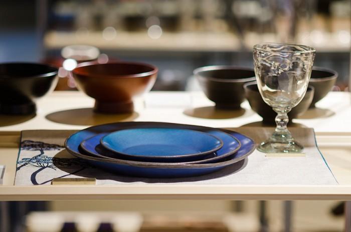白木の板盆に載った器から自然と食卓のシーンが思い浮かぶ。自分だったらどんな料理を盛ろうか、と想像が膨らむディスプレイだ。