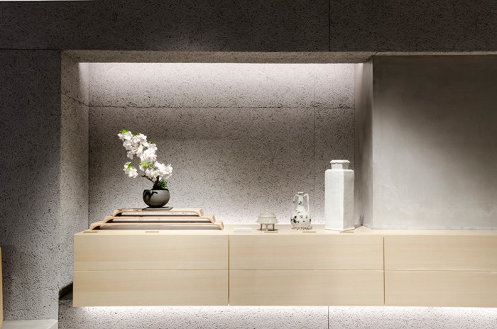 下尾和彦、さおり夫妻によるユニットShimoo Designの木製トレイに鎮座する麗しい桜は、現代の住空間に溶け込む盆栽を提案する品品(しなじな)の景色盆栽。