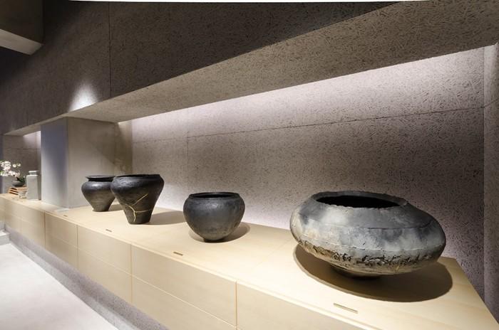 織部を中心とした作陶をする寺田鉄平さんの花器。炭化焼成された花器はどっしりとした土器のような存在感のある佇まい。