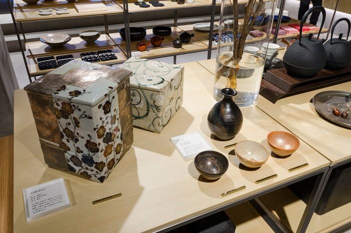 唯一無二の世界観でファンを魅了し続ける、陶芸作家・岡晋吾さんの磁器のお重。形状の美しさ、絵付の大胆さは眺めているだけでもうっとりするほど。