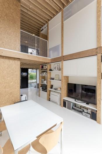 1階のリビングからキッチン、さらに外部(北側)へと視線が斜めに抜ける。