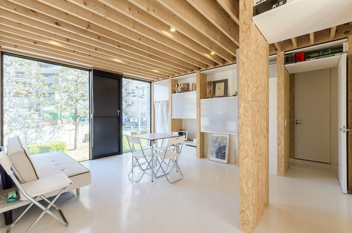 2階の書斎/仕事場の前のスペース。右奥のドアを開けると階段がある。天井は高くないが、前後の抜けが心地良い開放感をもたらしている。