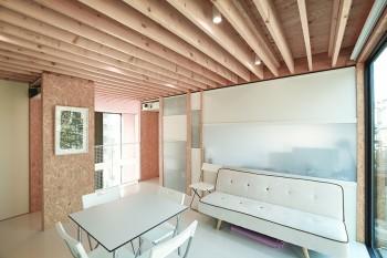 右側奥が書斎。壁柱に掛けられているのは木村克朗氏の作品。和紙に染色を施した時にできた皺をそのまま生かしたもの。